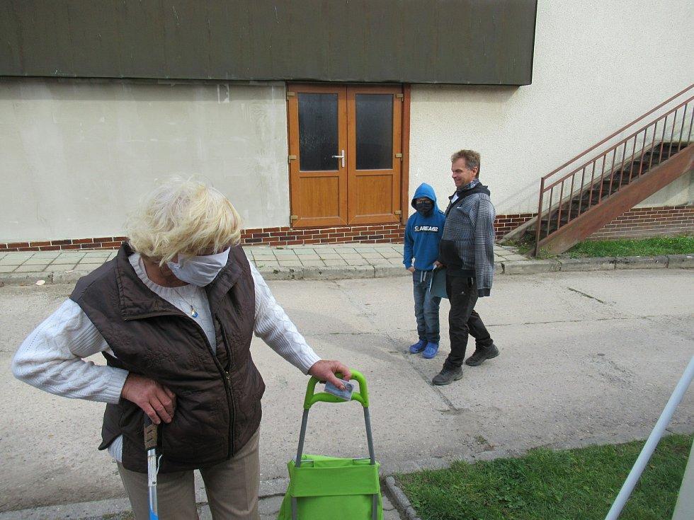 V Deštné na Jindřichohradecku k volbám do půl třetí dorazilo 13 lidí, zájem volební komise, která tradičně zasedá v požární zbrojnici odhaduje na dvacet procent.