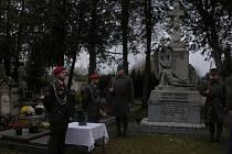 Uložení prsti od Cebrova do Pomníku příslušníkům jindřichohradeckého 75. pěšího pluku se uskutečnilo na hřbitově v Hradci.