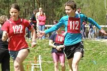Letní biatlonisté ze Starého Města pod Landštejnem dominovali v domácím prostředí v závodě družstev na vytrvalostní trati. Na snímku předává po prvním úseku na vedoucí příčce Ondřej  Mikulášek štafetu Kristýně Minářové.