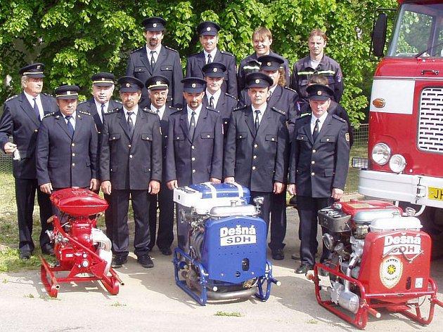 Snímek pořízený při příležitosti svěcení hasičského praporu vroce  2005.Dnes již zesnulý čestný člen SDH Dešná Jaroslav Mrkva stojí ve druhé řadě první zleva.