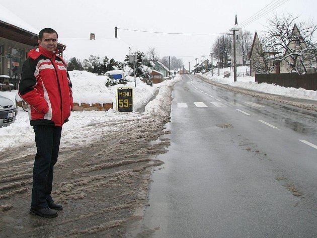 Pavel Doležal z Valtínova (na snímku) ukazuje, že vesnice je z kopce a gravitační kanalizace je proveditelná.