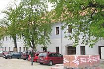 Pohled do dvora historických kasáren v Třeboni.