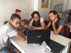V informačním centru pro mládež děti v létě pilují angličtinu.