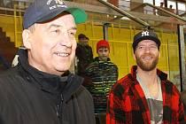 Organizátor memoriálu Jan Hanzálek (vlevo) společně s hokejovým mistrem světa Jiřím Novotným.
