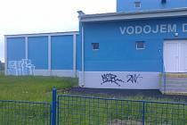 DÍLO VANDALŮ. Neznámý sprejer poničil novou fasádu vodojemu v Děbolíně.