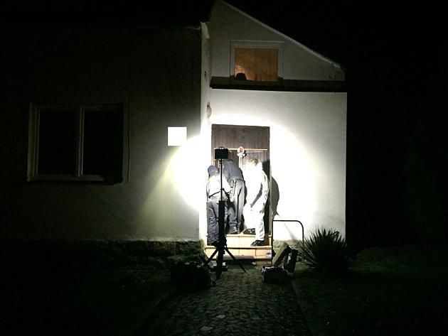 Místo činu v Horní Olešné, kde policisté vyšetřovali dvojnásobnou vraždu.