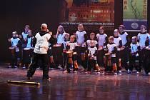 HAKUNA MATATA v čele s Romanem Jackem Urbanem v akci na soutěžním festivalu Svátek jara 2016. Dětský rytmický soubor z Jindřichova Hradce zde obstál v tvrdé konkurenci a přivezl si ocenění Laureát II. stupně v oblasti instrumentální hudba.