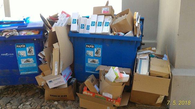 Kontejnery na tříděný odpad u kostela Nanebevzetí Panny Marie využívají neoprávněně i podnikatelské subjekty, které nemají smlouvu s městem.