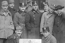 František Schöbl (vzadu uprostřed) jako velitel jindřichohradecké posádky v listopadu 1918.