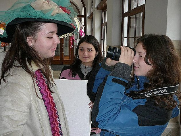 Na snímku se pokouší vytvořit zajímavý záběr (zleva)  Marie Popelková, Karolína Becková a Sofia Slavíková z jindřichohradeckého gymnázia.
