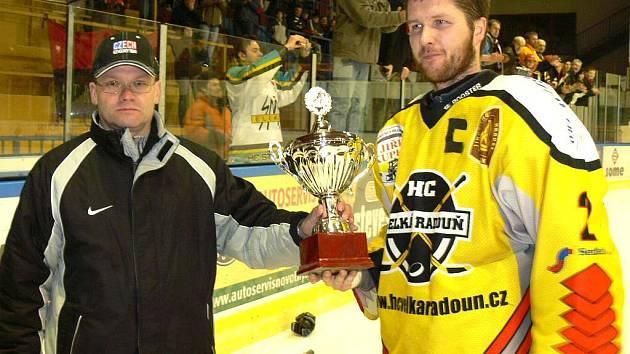 Z rukou sekretáře jihočeského svazu Luďka Pavelky pohár za stříbro kapitán Martin Beran.