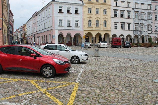 Pěší zónu na náměstí Míru řada řidičů nerespektuje.