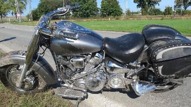 Pohled na havarovaný motocykl poté, co jeho řidič z nepozornosti prorazil závoru na přejezdu u Doňova.
