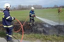 LOMNIČTÍ HASIČI v posledních dnech vyjeli již dvakrát k požáru trávy.