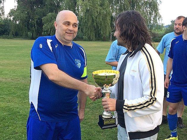 Kapitán Břilice Petr Voborský převzal pohár pro vítěze okresního přeboru.