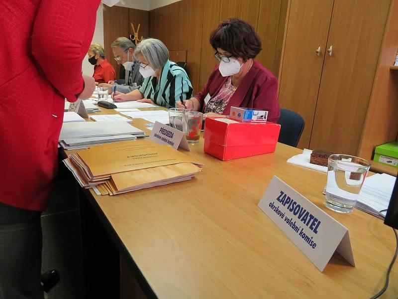 Ve volební místnosti v Komerční bance na dačickém Palackého náměstí byl hned od 14 hodin frmol.