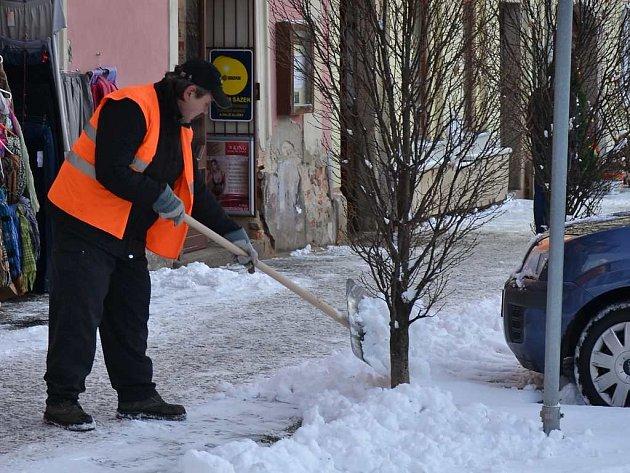 Jindřichohradecko bojuje již druhý den se sněhem.