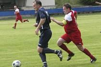 Současný předseda oddílu Jiří Hájek (vlevo) pamatuje i lepší časy fotbalové Jiskry. Na snímku ze zápasu I. B třídy proti Křemži v roce 2013. Zkušený matador nastupuje v dresu Chlumu dodnes.