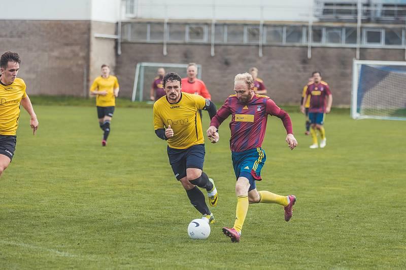 Fotbalisté Nové Bystřice nezvládli závěr utkání s Olešnicí (ve žlutém) a doma prohráli 4:7.