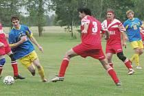 Favorizovaný Klikov doma sice uhrál pouze remízu 0:0 s Plavskem, ale i ta mu nakonec stačila k postupu do přeboru. Na snímku domácí Jiří Kalát (vlevo) obchází plavského  Pavla  Přílepka.