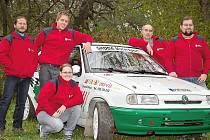 Jindřichohradecký Frog rallye team ve složení zleva: Jiří Handl, Lukáš Šamal, Jiří Michal, Milan Krupica a vepředu Dagmar Novotná.