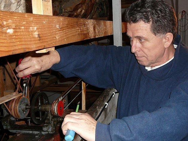 Betlém. Na snímku provádí údržbu stroje Petr Čejka.