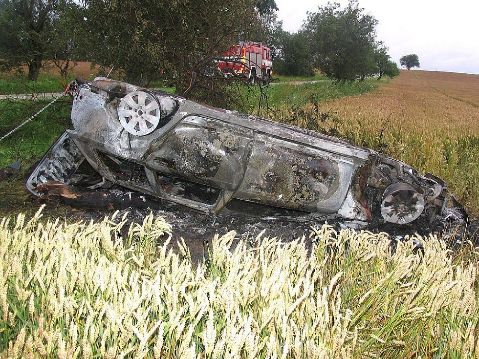 U Višňové na Kardašovořečicku po nárazu do stromu začalo auto hořet. Řidič naštěstí vyvázl.