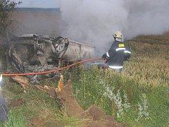 Auto po nárazu do stromu začalo hořet. Ilustrační foto.