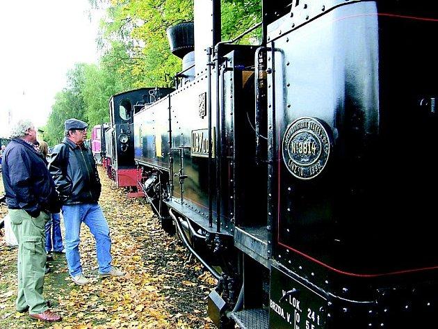 HLAVOLAM. Parní vlaky na úzkokolejce lákají stále více turistů. Kde ale cestující, když si koupí jízdenku do stanice Kunžak – Lomy skutečně vystoupí? Snímkem se vracíme k výstavě historických vozidel u příležitosti Dne železnice v J. Hradci.