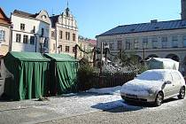 Nezasvěcený návštěvník Slavonic by se o uplynulém víkendu mohl domnívat, že se mu něco stalo s kalendářem. Slavonické náměstí bylo zčásti pokryto sněhovou pokrývkou, u stánků s vánočními dárky popíjeli teple oblečení lidé svařák.