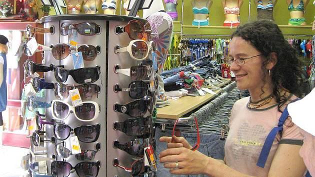 V tomto období je důležité nepodceňovat rizika spojená s pobytem na slunci. Osvědčenými prostředky jsou zejména pokrývky hlavy, opalovací krémy a sluneční brýle. Dbát je potřeba také na dostatečný přísun tekutin.