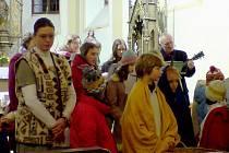 Erika Suchanová (vlevo) s třeboňským Dětským chrámovým sborem.