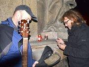Setkání aktivistů ze 17. listopadu před pětadvaceti lety na jindřichohradeckém náměstí Míru u sloupu.