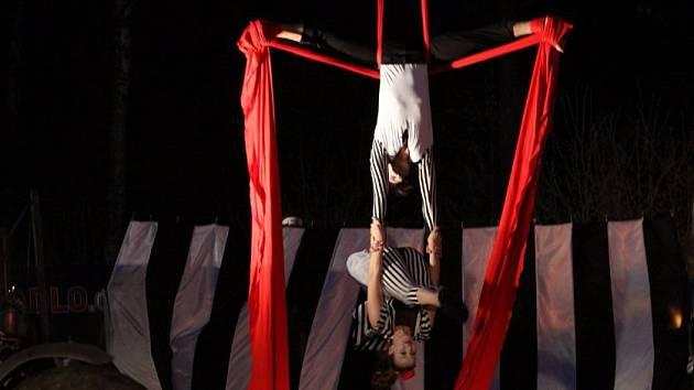 Seskupení Chůdadlo představilo ve veřejné generálce představení Noční Cirkus.