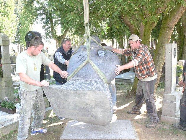 Instalace pomníku hokejisty Jana Marka na jindřichohradeckém hřbitově.