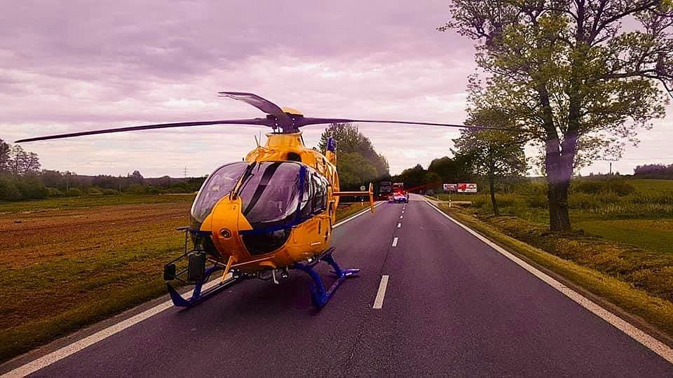 Střet tří aut 26. 5. 2021 mezi Jindřichovým Hradcem a Děbolínem, kousek za odbočkou na letiště, si vyžádal jeden lidský život. Na místě zasahovala i posádka letecké záchranné služby.