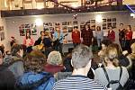 V Českých Velenicích si lidé vyrazili zazpívat koledy do Fenixu.