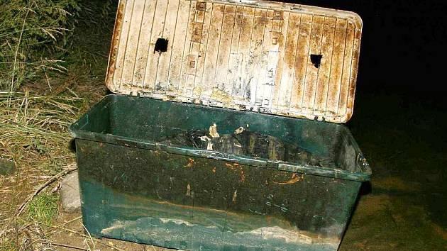 Plastová bedna, ve které ležela v Orlické přehradě svázaná žena.