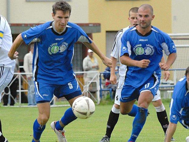 Třeboňští Milan Bláha (vlevo) a Jan Pintér vytvořili v utkání proti pražským Řevnicím neprostupný obranný val a oba navíc proti kvalitnímu soupeři vydatně podporovali ofenzivu.
