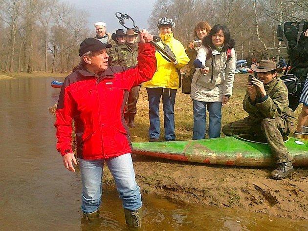 32. ročník Odemykání řeky Lužnice pod Klikovským mostem v Suchdole nad Lužnicí.