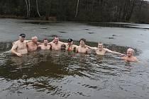 Osmička odvážných otužilců ve Velkém Ratmírově.