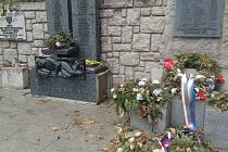 Suché věnce u památníku u sv. Jakuba v Jindřichově Hradci.