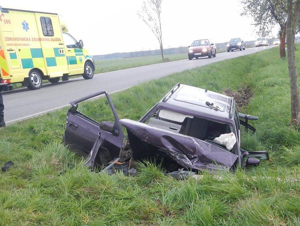 Za Třeboní ve směru na Domanín v úterý ráno havarovalo osobní auto.Zaklíněnou zraněnou osobu vyprošťovali hasiči a odvážel vrtulník letecké záchranné služby.
