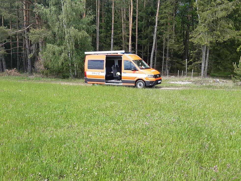 V úterý pokračovali hasiči a policisté u Majdaleny na Suchdolsku v pročesávání nepřístupného terénu při pátrání po pohřešovaném řidiči havarovaného auta.