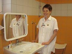 Na gynekologickém oddělení jindřichohradecké nemocnice jsou nové sprchy. Na snímku je staniční sestra Jiřina Fiedlerová.