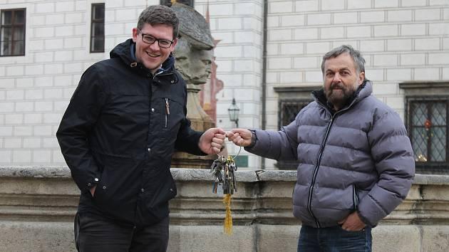 Se zámkem v Třeboni se po 25 letech loučí kastelán Pavel Hofman. Klíče od panství přebírá Vít Pávek.