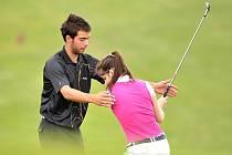 Tomáš Kamas učí, jak se správně hraje golf. To a mnohem více si užijí návštěvníci novobystřického dne otevřených dveří na golfovém hřišti.