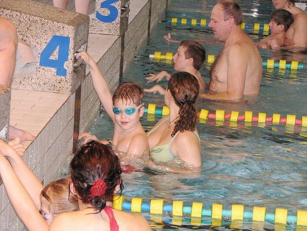 Mřenky absolvovaly pětadvacetimetrový bazén s asistencí, v dráze číslo 4 je na startu pozdější vítěz Daniel Tůma, který plaval s dohledem Lenky Bartošové.