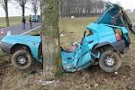 Ve formanu u Hříšic na Dačicku po nárazu do stromu zemřel osmnáctiletý řidič.