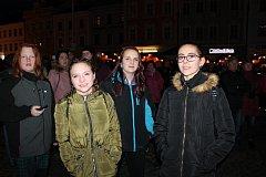 Novoroční ohňostroj v Jindřichově Hradci sledovalo zaplněné náměstí Míru.